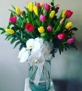 Flores a domicilio -arreglo floral con tulipanes y orquídeas
