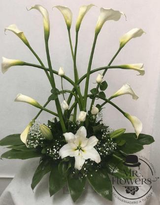Arreglo floral con alcatraz y Rosas