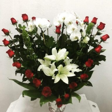 Arreglo Floral Corazón con Orquídea