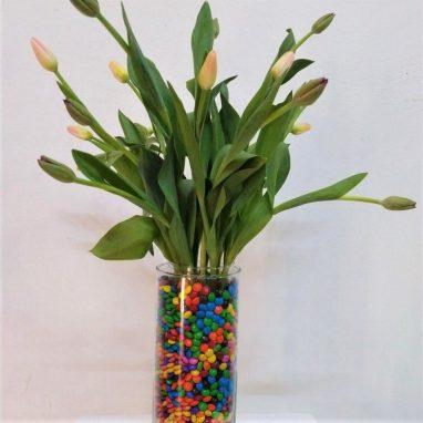 20 Tulipanes con M&Ms en Florero