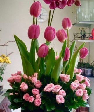 Arreglo de tulipanes con orquídea y mini rosa