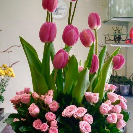 Arreglo floral con tulipanes, orquideas, y mini rosas rosa