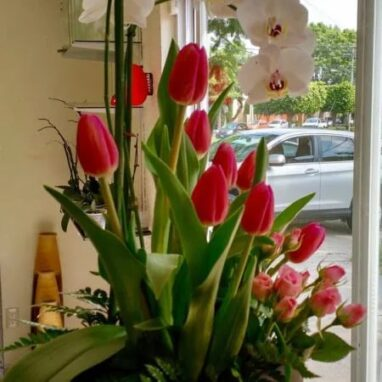 Arreglo de tulipanes con orquidea blanca y mini rosas