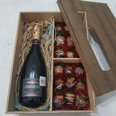 Caja con fresas cubiertas de chocolate y vino espumoso