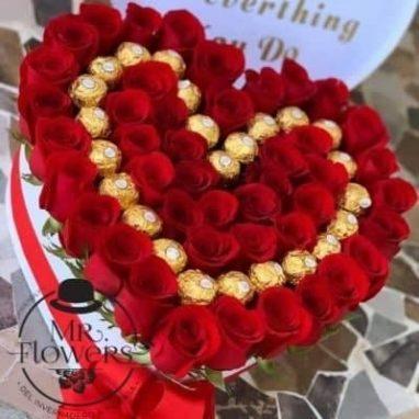 Corazón con rosas rojas y chocolates ferrero